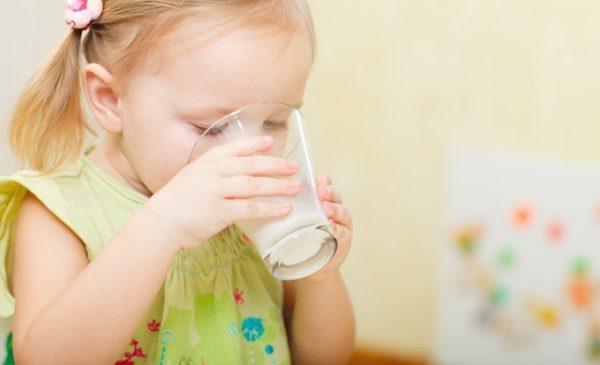 девочка пьет микстуру от кашля