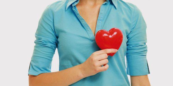 девушка держит макет сердца