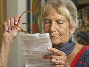 женщина читает инструкцию
