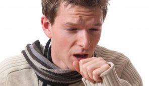 молодой человек кашляет