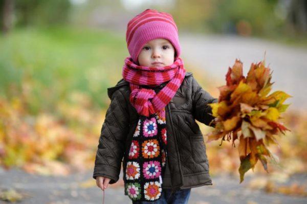 девочка на прогулке
