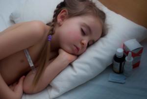 болеющая девочка спит