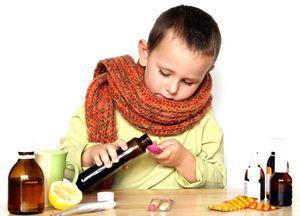 мальчик пьет лекарство от кашля