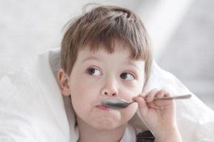 мальчик принимает сок редьки