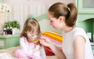 мама поит чаем дочку