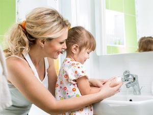 девочка с мамой моют руки