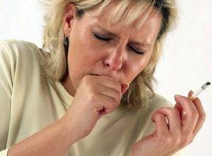 курящая женщина кашляет