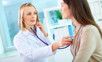 врач слушает больного