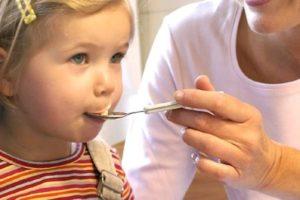 ребенок пьет сироп