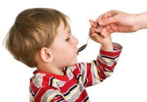 мальчик пьет луковый сироп