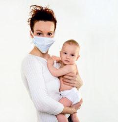 кормящая мама в маске
