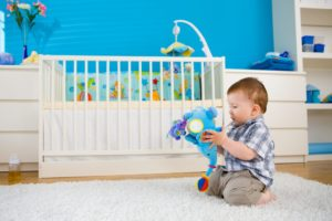 малыш играет в комнате