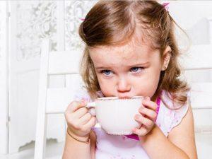 девочка пьет теплый чай