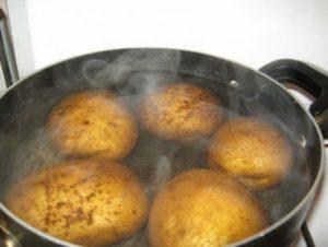 варится картошка