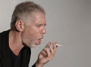 курящий мужчина кашляет