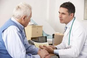 врач беседует с больным