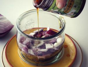 залить лук медом
