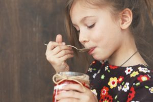 девочка кушает варенье