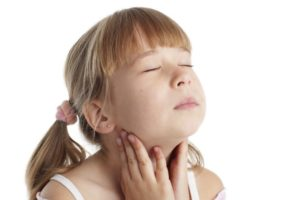 болит горло у девочки