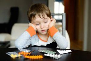 мальчик и таблетки