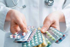 таблетки в руках врача