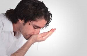 мужчина промывает нос