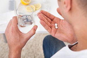 выпить таблетки