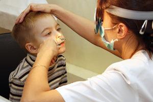 врач осматривает нос