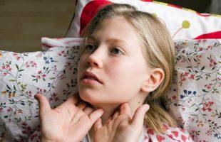 прощупывание горла у девочки