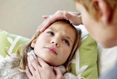болит горло и температура у девочки