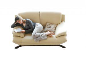 читать лежа на диване