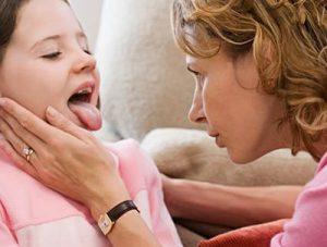 мама осматривает горло ребенка