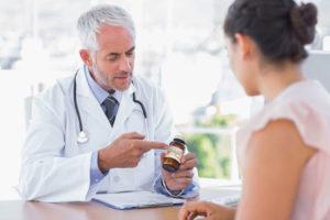 врач дает лекарство