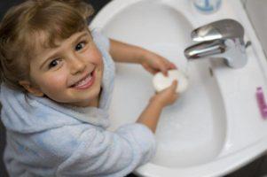девочка моет руки с мылом